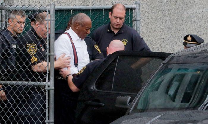 Cosby wird von etwa 60 Frauen des sexuellen Missbrauchs beschuldigt, allerdings sind die meisten Fälle verjährt.