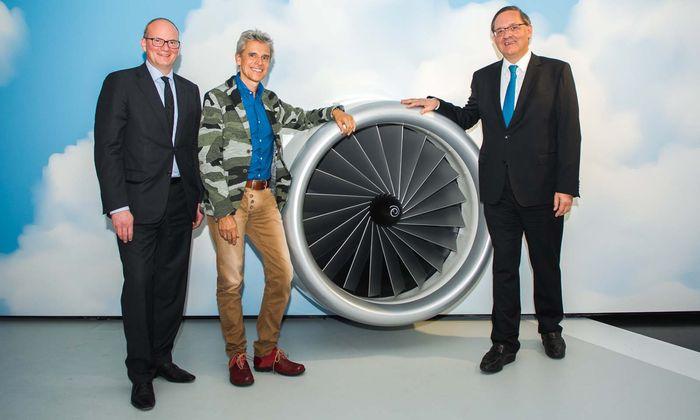 Flughafen-Vorstände Julian Jäger (li.), Günther Ofner (re.) mit Thomas Brezina.