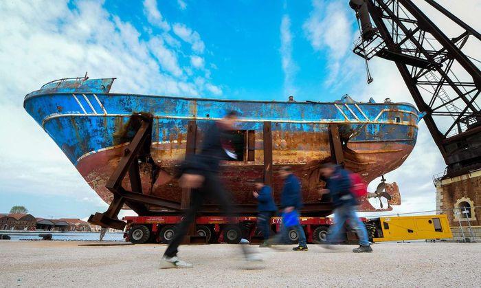 Denkmal des tödlichen Dilemmas der Migrationskrise: das Schiffswrack des schrecklichen Mittelmeer-Unglücks 2015. Christoph Büchel stellte es ins Arsenale.