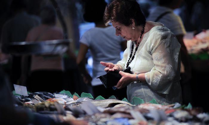 Archivbild: Eine Frau auf dem Markt 'La Boqueria' in Barcelona.