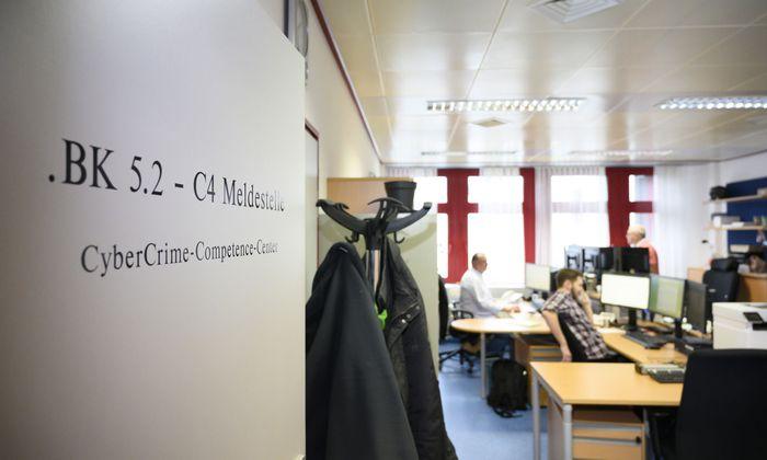 """Hier, in der Meldestelle des Cyber-Crime-Competence-Centers des Bundeskriminalamts, landen täglich 100 Fälle von Internetkriminalität. Manche Opfer sind """"so sorglos""""."""