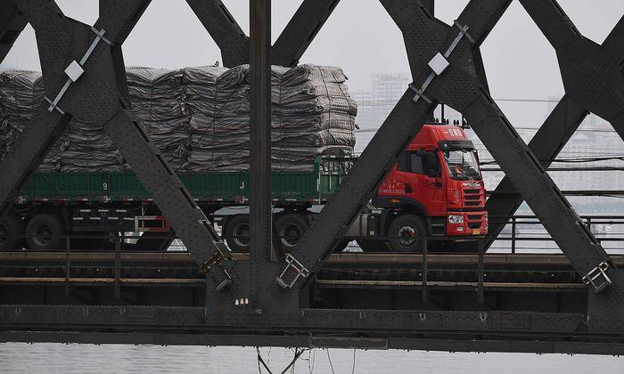 """Ein Truck überquert die """"Freundschaftsbrücke"""" an der chinesisch-nordkoreanischen Grenze."""