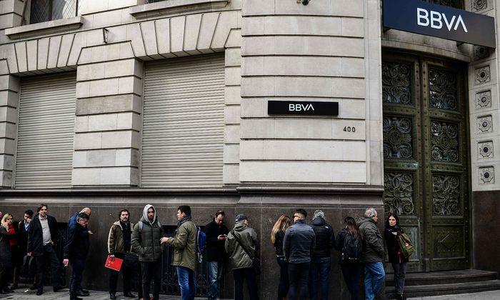Als Argentinien im September wegen seiner stark an Wert verlierenden Währung evisenkontrollen eingeführt hat, haben sich Warteschlangen vor den Filialen zahlreicher Banken in der Hauptstadt Buenos Aires gebildet. Die Kunden wollten Geld abheben, noch bevor die inschränkungen in Kraft treten.