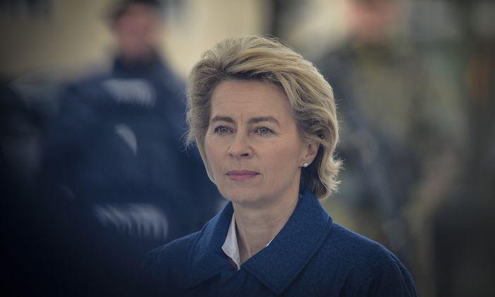 Ursula von der Leyen wuchs in Brüssel zweisprachig auf, spricht fließend Französisch.