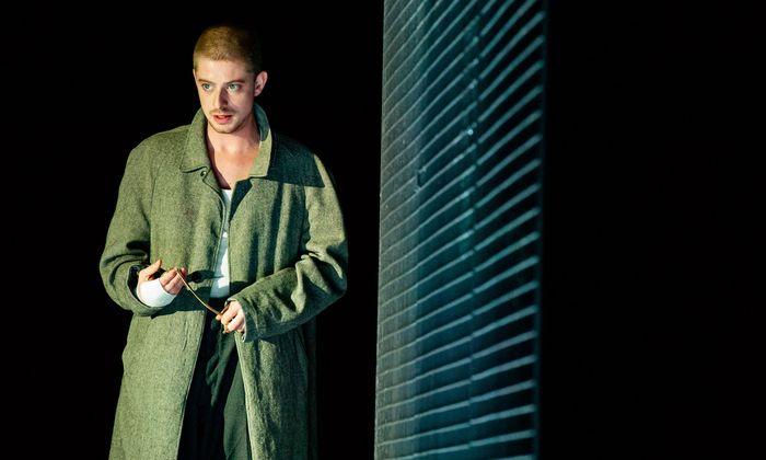 Jakob Elsenwenger brilliert als Dostojewskis zorniger junger Mann.