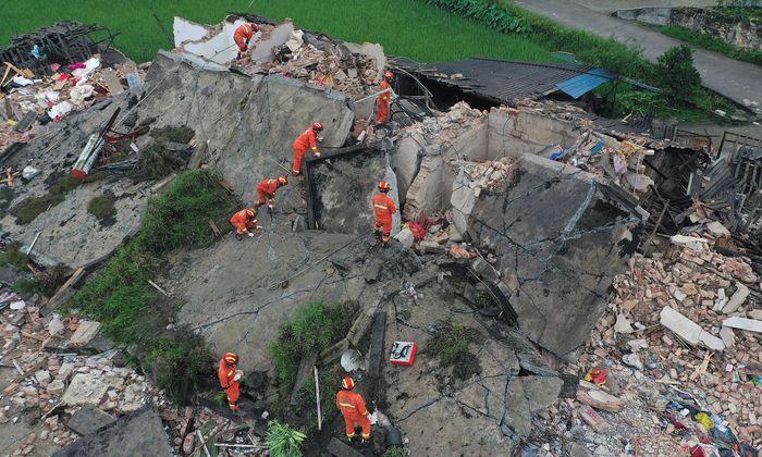 Bei einem Erdbeben nach der Stadt Yibin stürzten Häuser ein