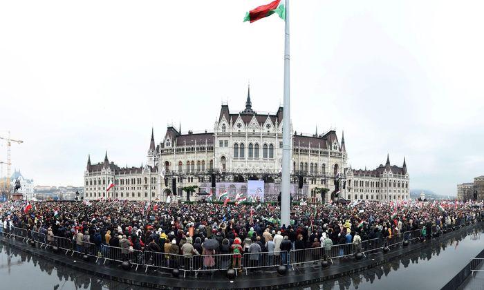 Viktor Orbáns Anhänger feiern ihr Idol. Von Skandalen bleiben sie unbeeindruckt. Der Premier setzt auf einen Angstwahlkampf.