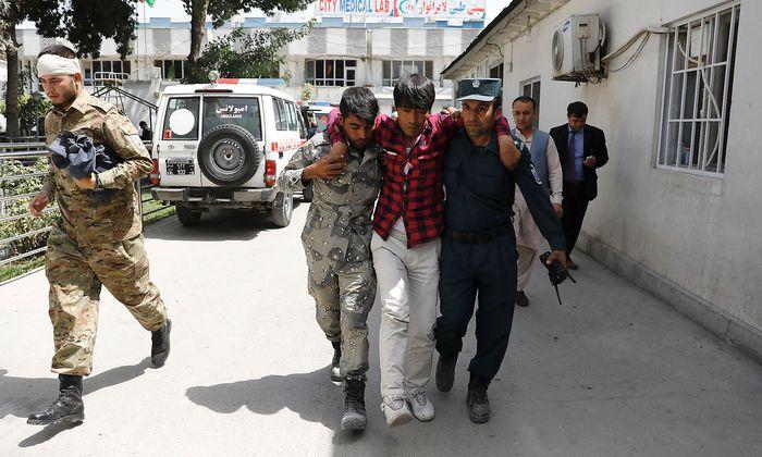 Einsatzkräfte versorgen einen Verletzten.