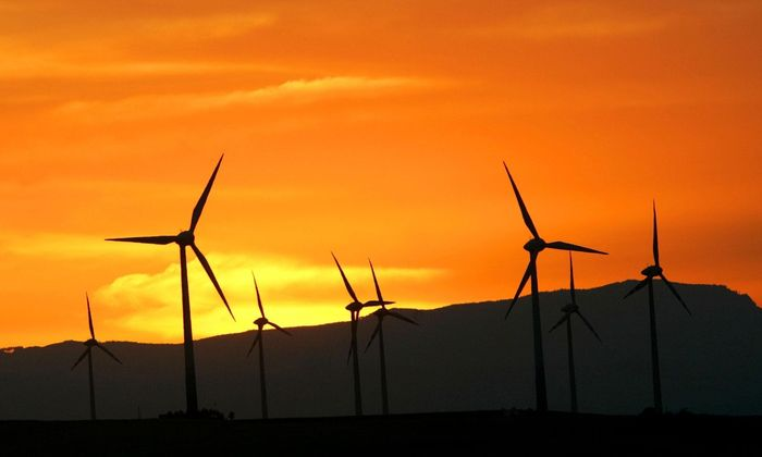 Um die geforderten hundert Prozent Ökostrom zu erreichen, müsse die Ausbaugeschwindigkeit verdreifacht werden, so die Regulatoren.