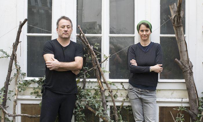 Jürgen Berlakovich und Susanna Gartmayer lassen einen Kürbis zur Trommel werden.