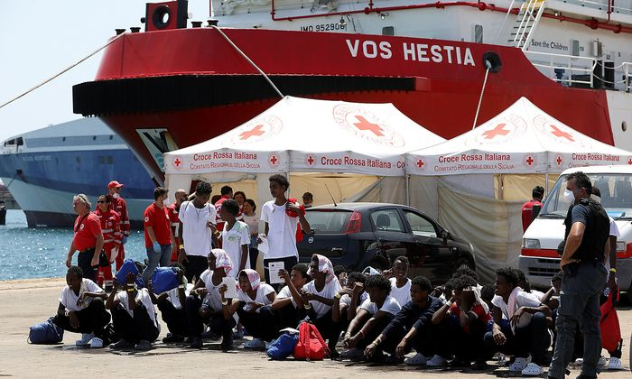 """Das Schiff """"Vos Hestia"""" der NGO """"Save the children"""" im sizilischen Hafen von Augusta."""