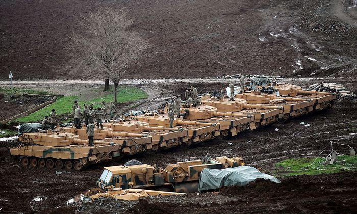 Leopard-2-Panzer aus Deutschland im Einsatz der türkischen Armee an der türkisch-syrischen Grenze.
