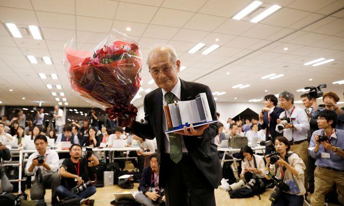 Das Model einer Batterie in der Hand: Akira Yoshino, einer der drei Chemie-Nobelpreisträger.