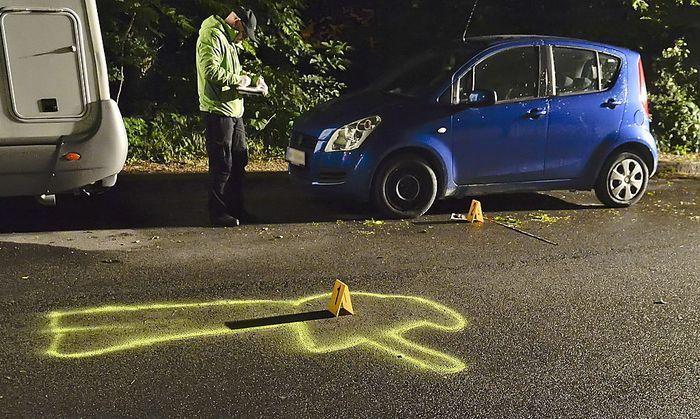 Die Polizei am Tatort: Ein Taxifahrer hat einen Mann erschossen, der ihn bedroht haben soll.
