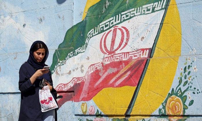 Eine junge Frau in der iranischen Hauptstadt, Teheran: Der dortige Aktienmarkt blüht zweifelhaft stark.