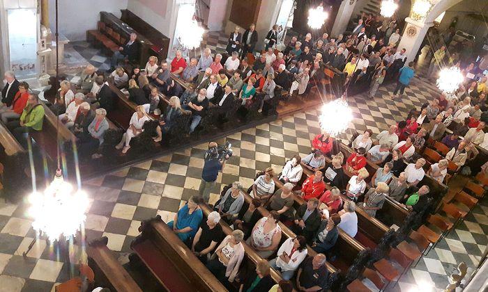 Wetterbedingt versammelten sich die protestierenden Gläubigen im Klagenfurter Dom.