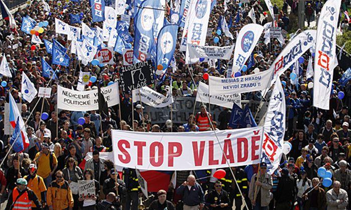 Prag Zehntausende protestieren gegen