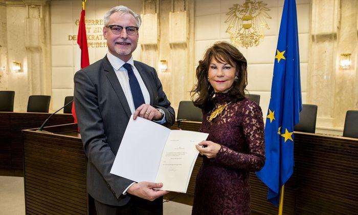 Andreas Hauer wurde von Präsidentin Brigitte Bierlein als neues Mitglied des Verfassungsgerichtshofes angelobt