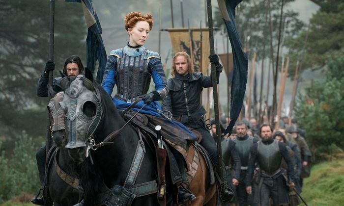 Maria Stuart (Saoirse Ronan) mit Kriegern, die treu aussehen, aber finstere Absichten haben.
