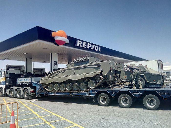 Panzertransporter an einer Tankstelle in Katalonien