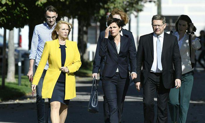 SPÖ-Chefin Pamela Rendi-Wagner (Mitte) schlug Christian Deutsch (r.) als neuen Bundesgeschäftsführer vor. Die Parteijugend verließ daraufhin die Vorstandssitzung am Montag, was die Zweite Nationalratspräsidentin, Doris Bures (l.), unsolidarisch fand.