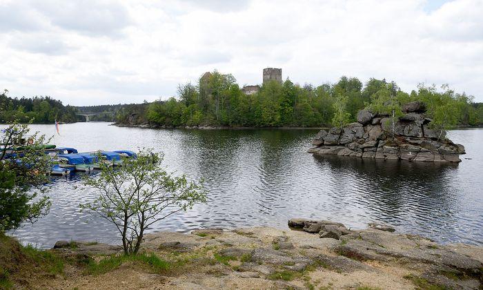 Blick vom Ufer des Ottensteiner Stausees auf die Ruine Lichtenfels.