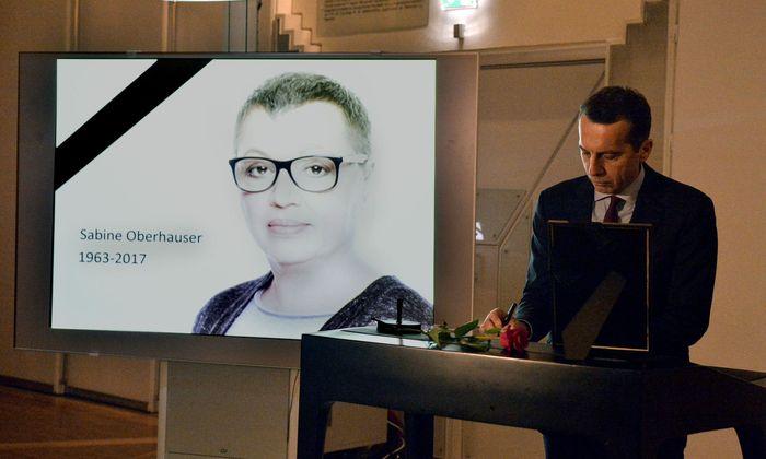 Kanzler Kern trägt sich ins Kondolenzbuch für Oberhauser ein