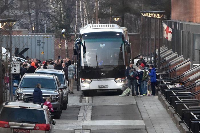 US-Diplomaten werden mit Bussen abgeholt.