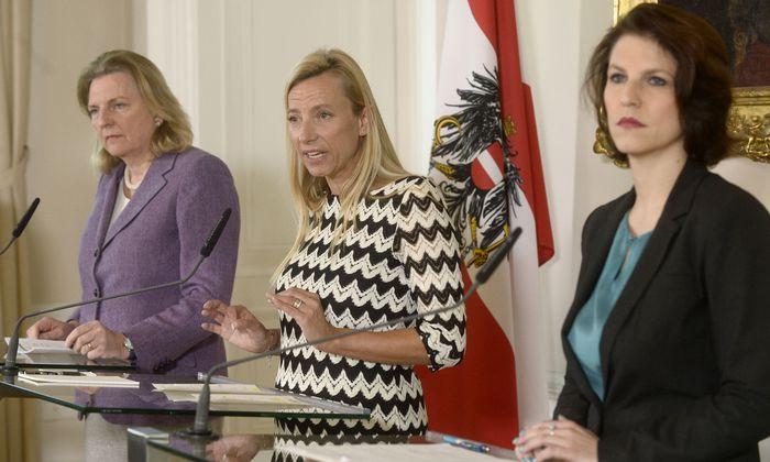 Unübliche Konstellation: Außenministerin Karin Kneissl (l.), Frauenministerin Juliane Bogner-Strauß und Staatssekretärin Karoline Edtstadler traten gemeinsam auf.