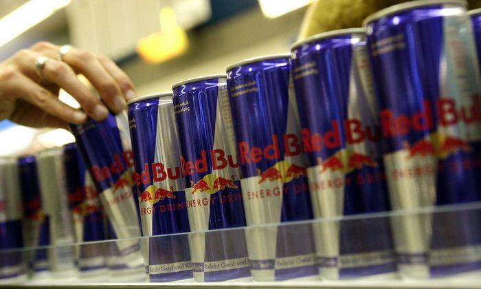 Griff nach dem Kick aus der Red Bull Getraenkedose