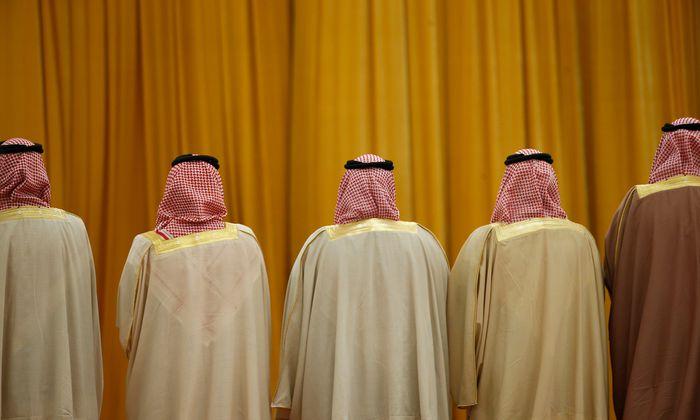 Kronprinz Mohammed bin Salman, flankiert von hochrangigen Saudis.