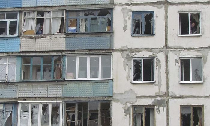 Demoliertes Haus in Mariupol nach einem Raketenangriff.