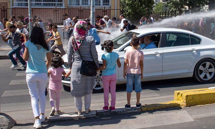 Archivbild aus Diyarbakir, als die Polizei mit Wasserwerfern gegen Demonstranten vorging, die gegen die Absetzung dreier kurdischer Bürgermeister aufbegehrten.