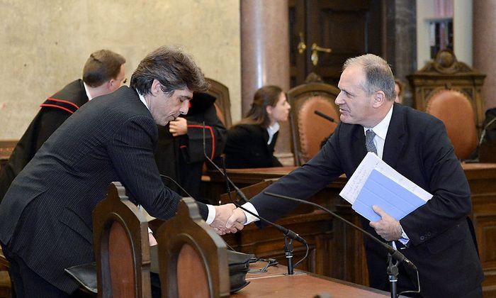Ernst Strasser schüttelt seinem Anwalt Thomas Kralik nach der Urteilsverkündung die Hand. Er war vom Urteil nicht überrascht.