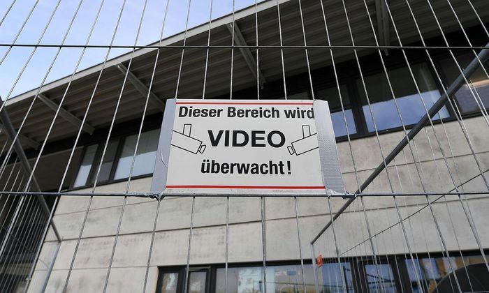 Ein Schild am Zaun der Unterkunft in Drasenhofen