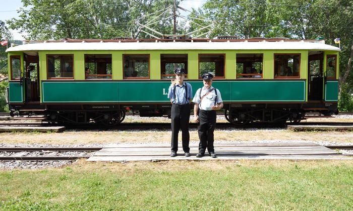Ehrenamtliche Eisenbahnfreunde wie Reinhard Popp (li.) und Albert Malli erhalten den Betrieb der historischen Höllentalbahn als Museumsbahn am Leben.