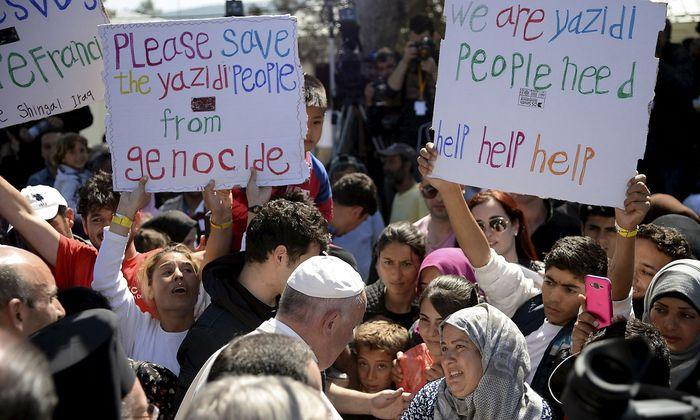 Archivbild aus dem Jahr 2016, als Papst Franziskus ein Flüchtlingslager auf der griechischen Insel Lesbos besuchte.