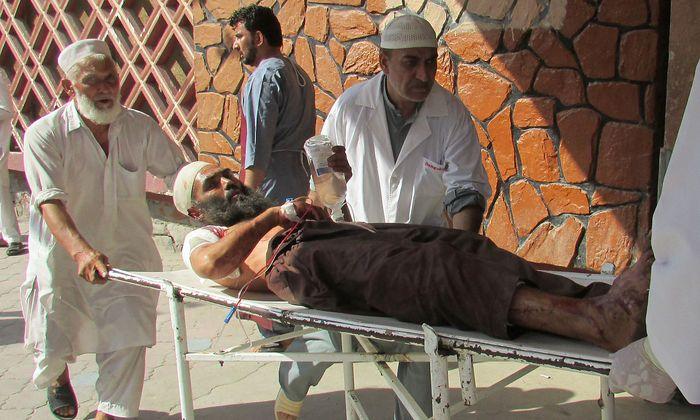 Ein Verletzter wird nach den Anschlägen in Afghanistan ins Krankenhaus gebracht.