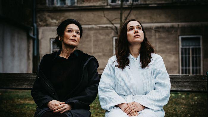 Im Bild: Julia Stemberger (Psychologin), Verena Altenberger (Mutter Elsie).