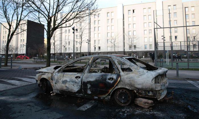 Eines von vielen verbrannten Autos nach den Unruhen der vergangenen Tage nördlich von Paris.