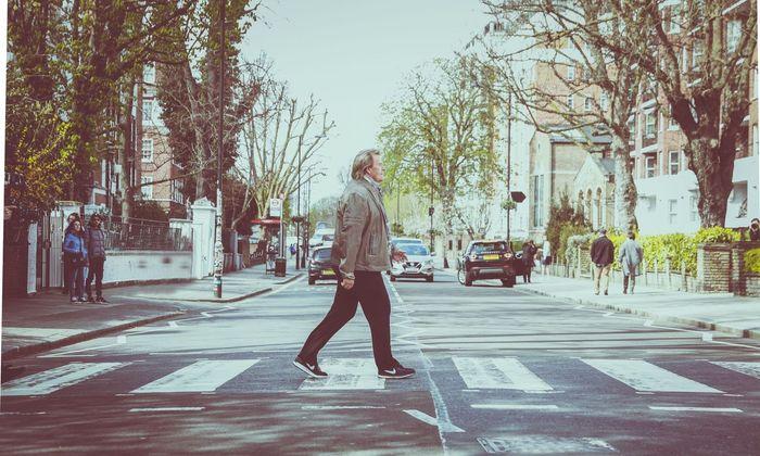 """Allein über die Abbey Road: Howard Carpendale sang schon 1968 """"Ob-La-Di, Ob-La-Da"""" von den Beatles auf Deutsch."""