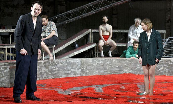 Wird Woyzeck, der Frauenmörder, am Akademietheater einmal mehr zum Opfer? Probenbild mit Steven Scharf als Woyzeck (ganz l.), Anna Drexler als Marie.