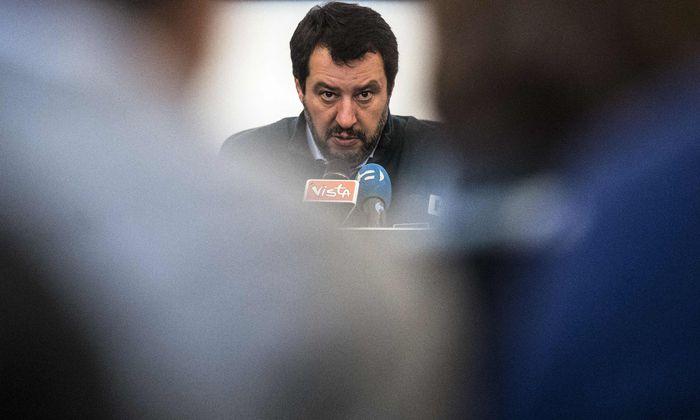 Lega-Vorsitzender Matteo Salvini stellte sich in Straßburg europäischen Medien. Um kritische Fragen zu übertönen, brachte er sicherheitshalber Dutzende Claqueure mit.