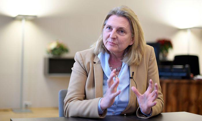 Karin Kneissl ist neue Außenministerin Österreichs, von der FPÖ nominiert, aber parteifrei.