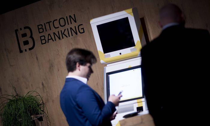 Bitcoin DEU Deutschland Germany Berlin 28 11 2017 Besucher bei einem Stand von Bitcoin Banking z
