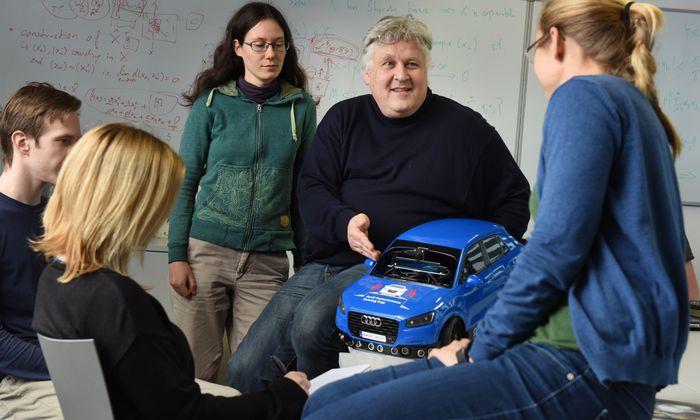 KI-Experte Sepp Hochreiter forscht mit seinen Studierenden auch zum Thema autonomes Fahren.