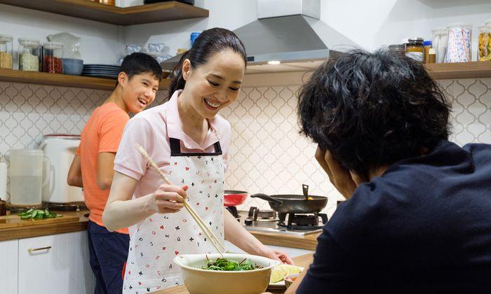 Mithilfe der Expertin Miki (Popstar Seiko Matsuda) entdeckt Masato (Takumi Saito) Singapurs Küche.