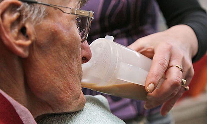 ** ARCHIV ** Ein Pflegebeduerftiger wird am 21. Januar 2008 in Euskirchen bei Koeln von einer Altenpf