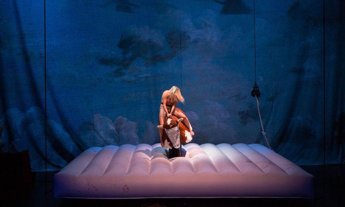 Wilder Ritt für Performer und Publikum: Florentina Holzinger beim Nacktrodeo im Volkstheater.