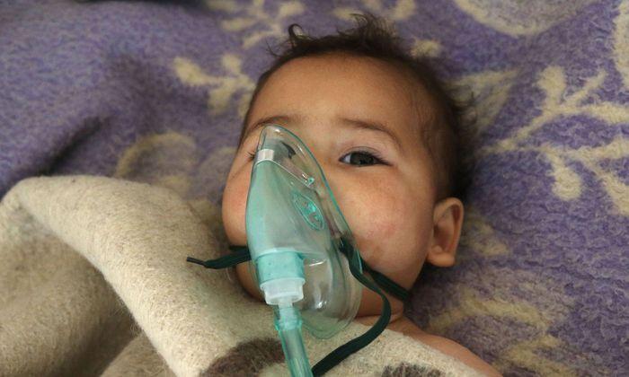 Ein syrisches Kind wird nach dem mutmaßlichen Giftgasangriff auf den Ort Khan Sheikhoun behandelt.